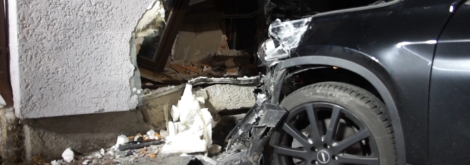 SUV rammt Hauswand