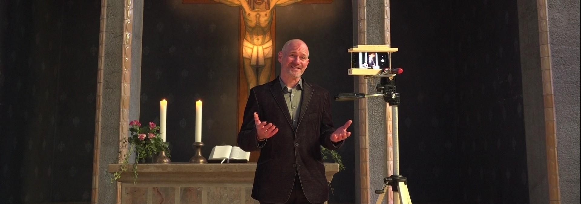 Gottesdienst vor leeren Kirchenbänken